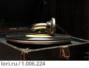 Купить «Старый патефон с пластинкой», фото № 1006224, снято 8 февраля 2009 г. (c) Наталья Демидчик / Фотобанк Лори