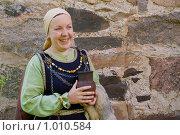 Купить «Портрет женщины  в скандинавском историческом костюме», фото № 1010584, снято 18 июля 2009 г. (c) Дмитрий Черевко / Фотобанк Лори