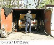 Купить «Мужчина ремонтирует машину в гараже», эксклюзивное фото № 1012992, снято 26 апреля 2008 г. (c) lana1501 / Фотобанк Лори