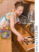 Купить «Женщина потянулась за деревянной лопаточкой», фото № 1012996, снято 20 июля 2009 г. (c) Федор Королевский / Фотобанк Лори