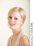Купить «Улыбающаяся девушка», фото № 1014096, снято 26 июля 2009 г. (c) Egorius / Фотобанк Лори