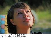 Купить «Девушка, смотрящая вверх», фото № 1016732, снято 24 июля 2009 г. (c) Валерий Александрович / Фотобанк Лори
