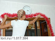 Купить «Девушка украшает прихожую перед новогодним праздником», фото № 1017384, снято 31 декабря 2008 г. (c) Татьяна Дигурян / Фотобанк Лори