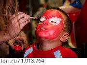 Купить «Мальчику наносят грим», фото № 1018764, снято 13 сентября 2008 г. (c) Losevsky Pavel / Фотобанк Лори