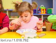 Купить «Девочка кушает в детском саду», фото № 1018792, снято 10 февраля 2009 г. (c) Losevsky Pavel / Фотобанк Лори