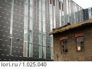 Купить «Старое здание на фоне нового», фото № 1025040, снято 12 июля 2009 г. (c) Алексей Лебедев / Фотобанк Лори