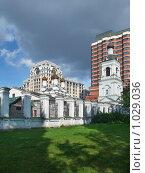 Купить «Храм и колокольня Святителя Николая в Голутвине, Москва, вертикальный снимок», фото № 1029036, снято 8 августа 2009 г. (c) Fro / Фотобанк Лори