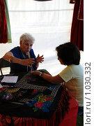 Купить «Старая гадалка принимает клиента», фото № 1030332, снято 18 июля 2009 г. (c) Олеся Ефименко / Фотобанк Лори
