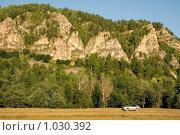 Купить «Автомобиль на фоне гор», фото № 1030392, снято 29 июля 2009 г. (c) Владимир Мельников / Фотобанк Лори