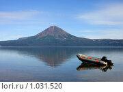 Купить «Лодка, озеро, вулкан», фото № 1031520, снято 7 сентября 2008 г. (c) Владимир Трифонов / Фотобанк Лори