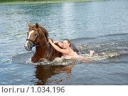 Купить «Девушка с жеребцом плывут в реке», фото № 1034196, снято 3 июня 2020 г. (c) Александр Fanfo / Фотобанк Лори