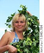 Купить «Женщина с гирляндой из хмеля», фото № 1040784, снято 7 августа 2009 г. (c) Светлана Кириллова / Фотобанк Лори
