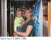 Купить «Девушка с ребенком в поезде», фото № 1041140, снято 13 августа 2009 г. (c) Шупейко Алексей / Фотобанк Лори