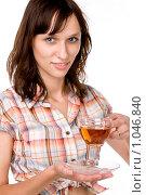 Девушка держит чашку с чаем. Стоковое фото, фотограф Леонид Козлов / Фотобанк Лори