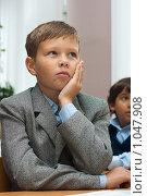 Купить «Ученик внимательно слушает учителя», фото № 1047908, снято 20 августа 2009 г. (c) Оксана Гильман / Фотобанк Лори