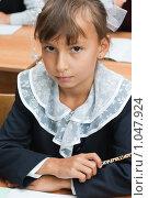 Купить «Ученица в школьной форме за партой», фото № 1047924, снято 20 августа 2009 г. (c) Оксана Гильман / Фотобанк Лори