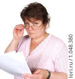 Женщина в очках с документами. Стоковое фото, фотограф Оксана Якупова / Фотобанк Лори