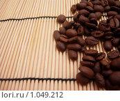 Зерна кофе на бамбуковой салфетке. Стоковое фото, фотограф Natalie Molchanova / Фотобанк Лори