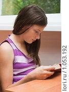 Купить «Девочка читает книгу», фото № 1053192, снято 20 августа 2009 г. (c) Оксана Гильман / Фотобанк Лори