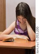 Купить «Девочка читает книгу», фото № 1053200, снято 20 августа 2009 г. (c) Оксана Гильман / Фотобанк Лори