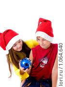 Купить «Дети в новогодних колпаках», фото № 1064640, снято 12 августа 2009 г. (c) Анна Игонина / Фотобанк Лори