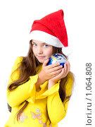 Купить «Девочка в новогоднем колпаке с шариком в руках», фото № 1064808, снято 12 августа 2009 г. (c) Анна Игонина / Фотобанк Лори
