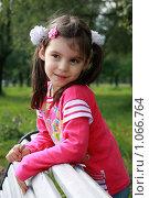 Купить «Маленькая девочка в парке», фото № 1066764, снято 23 августа 2009 г. (c) Наталья Белотелова / Фотобанк Лори