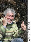 Мужчина разговаривает по телефону. Стоковое фото, фотограф Дарья Киселева / Фотобанк Лори