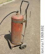 Купить «Баллон с газом на тележке», фото № 1069692, снято 2 июля 2009 г. (c) Булат Каримов / Фотобанк Лори
