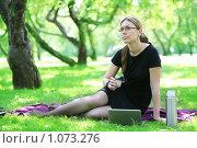 Купить «Деловая женщина в парке», фото № 1073276, снято 11 августа 2009 г. (c) Astroid / Фотобанк Лори
