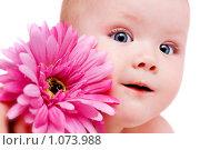 Купить «Ребенок с герберой», фото № 1073988, снято 23 октября 2008 г. (c) Алена Роот / Фотобанк Лори