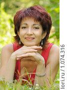 Купить «Портрет женщины средних лет в летнем парке», фото № 1074316, снято 16 августа 2009 г. (c) Титаренко Елена / Фотобанк Лори