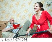 Купить «Уборка в квартире», фото № 1074344, снято 6 сентября 2009 г. (c) Яков Филимонов / Фотобанк Лори