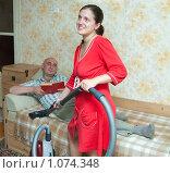 Купить «Уборка в квартире», фото № 1074348, снято 6 сентября 2009 г. (c) Яков Филимонов / Фотобанк Лори