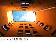 А из нашего окошка... Двор-колодец, Петербург (2009 год). Стоковое фото, фотограф Владимир Трифонов / Фотобанк Лори