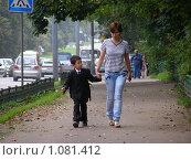 Купить «Мама провожает ребенка в школу», эксклюзивное фото № 1081412, снято 4 сентября 2009 г. (c) lana1501 / Фотобанк Лори