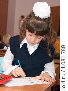 Купить «Девочка рисует цветными карандашами», фото № 1081788, снято 1 сентября 2009 г. (c) Оксана Гильман / Фотобанк Лори