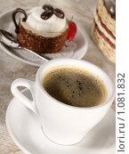 Купить «Чашечка кофе с пирожным», фото № 1081832, снято 9 августа 2009 г. (c) Толоконов Дмитрий Львович / Фотобанк Лори