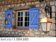 Купить «Горная деревня Гурдон. Окно и уличный фонарь», фото № 1084680, снято 8 июля 2009 г. (c) Татьяна Лата / Фотобанк Лори