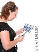 Купить «Женщина отрезает тысячные купюры», фото № 1088364, снято 6 июля 2009 г. (c) Юрий Викулин / Фотобанк Лори