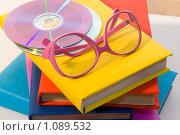 Купить «Учебный натюрморт. Книги, розовые очки и диски.», фото № 1089532, снято 12 сентября 2009 г. (c) Куликова Татьяна / Фотобанк Лори