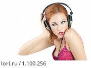 Купить «Девушка в наушниках», фото № 1100256, снято 6 сентября 2009 г. (c) Raev Denis / Фотобанк Лори
