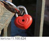 Купить «Свадебный замок в форме сердца. Примета.», фото № 1100624, снято 26 августа 2009 г. (c) Троицкая Алиса / Фотобанк Лори