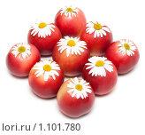 Купить «Яблоки с ромашками», фото № 1101780, снято 17 сентября 2009 г. (c) Руслан Кудрин / Фотобанк Лори