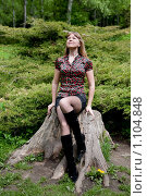Купить «Девушка в парке на пеньке», фото № 1104848, снято 20 мая 2009 г. (c) Сергей Шумаков / Фотобанк Лори