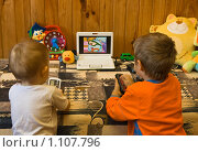Купить «Дети смотрят мультфильмы на субноутбуке», фото № 1107796, снято 22 сентября 2009 г. (c) Светлана Кучинская / Фотобанк Лори