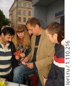 Андрей Соколов дает автограф. Редакционное фото, фотограф Примак Полина / Фотобанк Лори