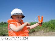 Мальчик с рогаткой в оранжевом спасжилете. Стоковое фото, фотограф Kribli-Krabli / Фотобанк Лори