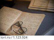 Очки, лежащие на тетради. Стоковое фото, фотограф Елена Тимошенко / Фотобанк Лори