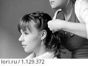 Красивой девушке с волосами до плеч заплетают косу. Стоковое фото, фотограф Полина Бублик / Фотобанк Лори
